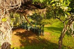 Al aire libre clasifique para las actividades y las sillas debajo de los árboles imagen de archivo libre de regalías
