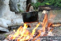 Al aire libre cocinada comida en un pote Fotos de archivo libres de regalías