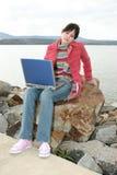 Al aire libre con la computadora portátil Fotografía de archivo