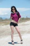 Al aire libre de una moda adolescente con pantalones cortos y gafas de sol Imágenes de archivo libres de regalías