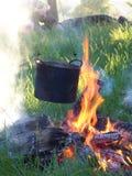 Al aire libre en el fuego de la leña cocinado en una comida del turista s del pote fotografía de archivo libre de regalías