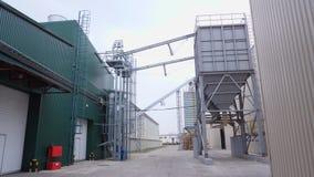 Al aire libre, fábrica en el proceso de las cosechas de grano, tales como maíz, grano, girasol, premisas grandes industriales d almacen de metraje de vídeo