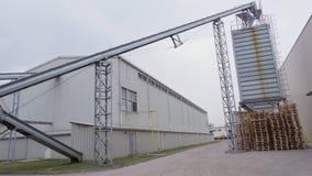 Al aire libre, fábrica en el proceso de las cosechas de grano, tales como maíz, grano, girasol, premisas grandes industriales d metrajes