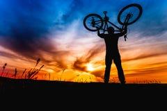 Al aire libre forma de vida para el concepto sano Acción del ganador y de la gente acertada, ciclista que aumenta la bici Foto de archivo