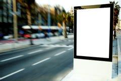 Al aire libre haciendo publicidad de mofa para arriba, tablero de la información pública en el camino de ciudad Imágenes de archivo libres de regalías