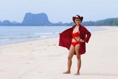 Al aire libre hermoso de la mujer con el bikini rojo del sombrero en la playa Foto de archivo libre de regalías