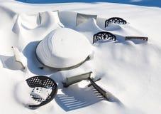Al aire libre la tabla y las sillas del jardín enterradas en nieve derivan Imagenes de archivo