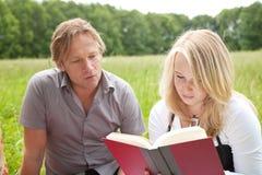 Al aire libre leyendo Foto de archivo libre de regalías