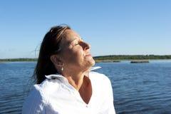 Al aire libre Relaxed de la mujer de negocios imagenes de archivo