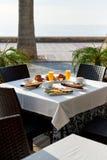 Al aire libre restaurante Ajuste de la tabla con el desayuno clásico Orang imagen de archivo libre de regalías
