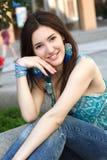 Al aire libre retrato de la calle de la muchacha morena joven hermosa fotografía de archivo libre de regalías
