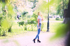 Al aire libre retrato de la chica joven hermosa Foto de archivo