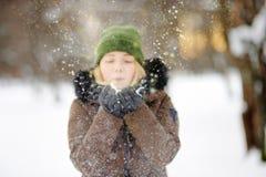Al aire libre retrato de la mujer hermosa joven que juega con nieve foto de archivo