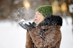 Al aire libre retrato de la mujer hermosa joven que se divierte en invierno foto de archivo