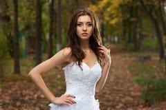 Mujer joven hermosa en vestido de boda Imágenes de archivo libres de regalías