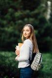 Al aire libre retrato de una muchacha adolescente hermosa del estudiante Fotografía de archivo libre de regalías