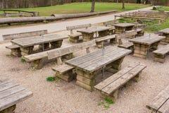Al aire libre verde de madera Forest Park Empty N de la trayectoria de las tablas del restaurante Foto de archivo libre de regalías