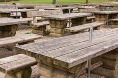 Al aire libre verde de madera Forest Park Empty N de la trayectoria de las tablas del restaurante Imagen de archivo libre de regalías