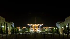 Al Alam Palace en la noche Imágenes de archivo libres de regalías