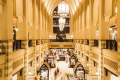 Al Bahar Souk в Дубай - крытом взгляде рынка золота стоковое фото