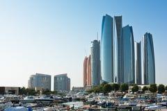 Al Bateen Wharf und die Etihad-Türme in Abu Dhabi, UAE Lizenzfreies Stockfoto