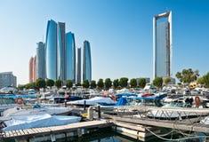 Al Bateen Wharf und die Etihad-Türme in Abu Dhabi, UAE Stockbilder