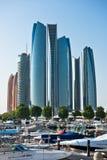 Al Bateen Wharf und die Etihad-Türme in Abu Dhabi, UAE Stockbild