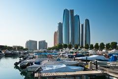 Al Bateen Wharf und die Etihad-Türme in Abu Dhabi, UAE Stockfotografie