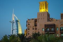 Дубай, ОАЭ/11 03 2018: араб al burj в предпосылке jumeirah madinat souk с арабским бастионом архитектуры стоковое фото