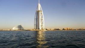 ДУБАЙ, ОАЭ 2-ОЕ ИЮНЯ: Взгляд роскошного пляжа араб al Дубай и Burj осмотренное madinat jumeirah burj al арабское стоковое изображение rf