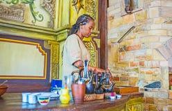 Al contatore della barra del caffè di Ethiopean Immagini Stock