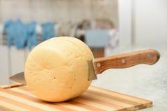 Al cuchillo al pedazo de cierre del queso para arriba imágenes de archivo libres de regalías