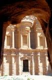Al-Deirkloster i bergen av Petra, Jordanien som inramas av, vaggar av en grotta royaltyfria foton