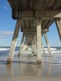 Al di sotto del pilastro e del sentiero costiero di pesca sulla spiaggia di Wrightsville, Nord Carolina Immagine Stock Libera da Diritti