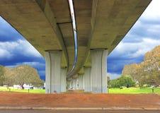 Al di sotto di un ponte della strada cementata Fotografia Stock Libera da Diritti