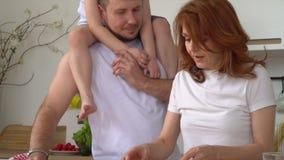 Al die familie in keuken wordt geassembleerd Een gelukkige hechte familie kookt samen een ontbijt in de keuken Ouders Jonge Zoon stock footage