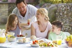 al eating family fresco meal στοκ εικόνα με δικαίωμα ελεύθερης χρήσης