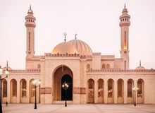 Al Fateh盛大清真寺外部在晚上 巴林麦纳麦 免版税库存图片