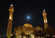 Al-Fateh de la mezquita en la noche debajo de la Luna Llena, Manama Imagenes de archivo
