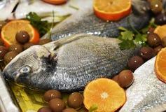 Al forno con le olive de Orata Imagen de archivo libre de regalías