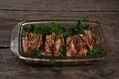 Al forno di color salmone nel forno con il limone e le erbe fresche Fotografia Stock Libera da Diritti