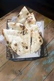 Al forno fresco del canestro del pane di Naan Fotografia Stock