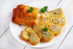 Al forno in involucri saporiti di crêpe del forno Immagini Stock