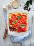 Al forno triti la casseruola del formaggio del pomodoro e della carne immagini stock libere da diritti