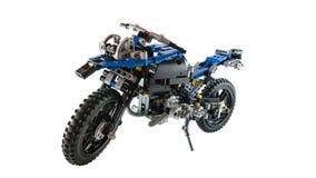Al geassembleerd stuk speelgoed van de terreinmotorfiets gebruikend legoblokken stock fotografie