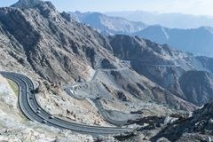 Al Hada山在Taif市,沙特阿拉伯有山和Al Hada路美丽的景色在山之间 免版税库存照片