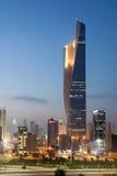 Al Hamra Tower bij nacht, Koeweit Stock Fotografie