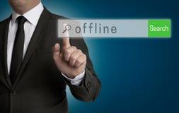 Al hombre de negocios actúa al navegador de Internet off-line Fotografía de archivo