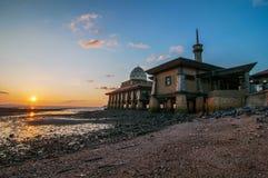 Al-Hussain Mosque vid havet med solnedgångsikter som lokaliseras i Perlis Malaysia arkivbild