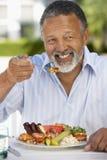 Al invecchiato che pranza la metà dell'uomo dell'affresco Immagine Stock